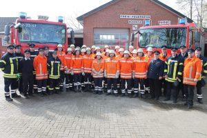 Alle Teilnehmer mit ihren Ausbildern, Gemeindebrandmeister Torben Henning und stellvertretender Kreisausbildungsleiter Hans-Dieter von Elling