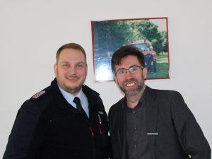(Foto von Matthias Köhlbrandt, LK Harburg): Bezirkspressewart Olaf Rebmann (links) bedankt sich bei Gerrit Schröder von NonstopNews aus Delmenhorst für seinen interessanten Vortrag.