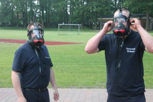 Die Einsatzkräfte beim Testen der neuen Masken