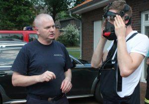 Samtgemeinde-Atemschutzwart Johann Pils erklärt den Kameraden den Umgang mit den neuen Masken